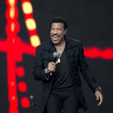O americano Lionel Richie juntou mais de 100 mil pessoas, o maior público dessa edição Foto: OLI SCARFF / AFP
