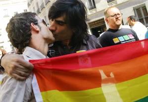 Homossexuais se beijam em frente ao parlamento da Espanha, em Madri, após a legalização do casamento entre pessoas de mesmo sexo Foto: Susana Vera / Reuters