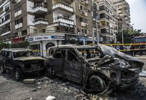 Carros queimados são vistos no local do ataque ao procurador geral do Egito Foto: KHALED DESOUKI / AFP