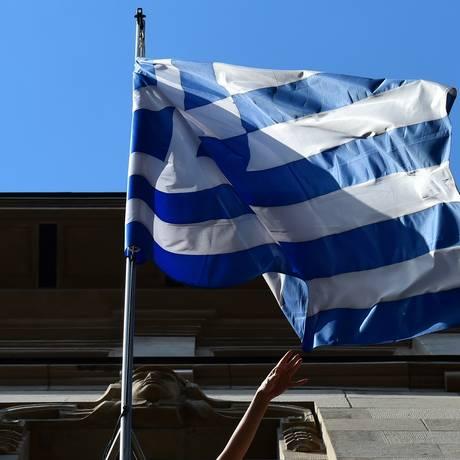 Bandeira grega tremula Foto: JOHN MACDOUGALL / AFP