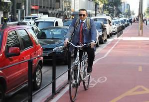 O funcionário público Vilmar Careta foi trabalhar de bicicleta pela primeira vez, com a nova ciclovia da Paulista Foto: Michel Filho / Agência O Globo