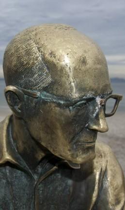 Uma das ocasiões em que a estátua de Drummond, em Copacabana, teve seus óculos quebrados Foto: Rafael Andrade / Agência O Globo