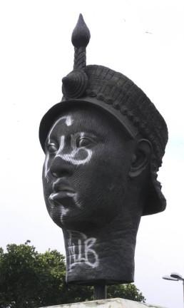 Estátua de Zumbi, na Presidente Vargas, pichada Foto: Eurico Dantas / Agência O Globo