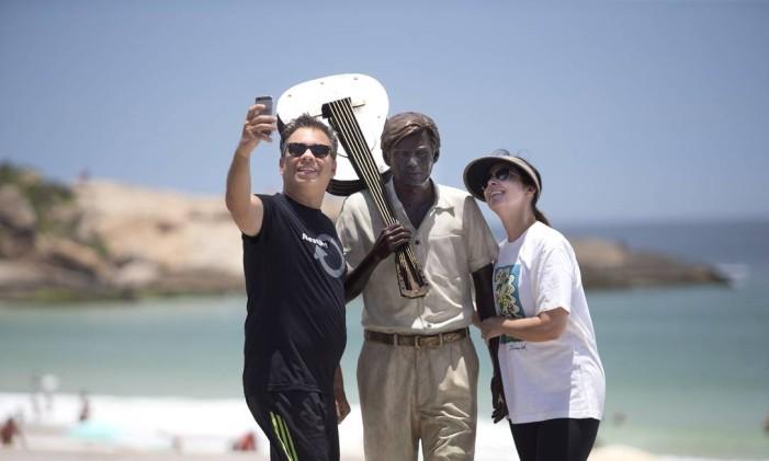 Cariocas fazem 'selfies' com a estátua de Tom Jobim, Arpoador Foto: Márcia Foletto / Agência O Globo