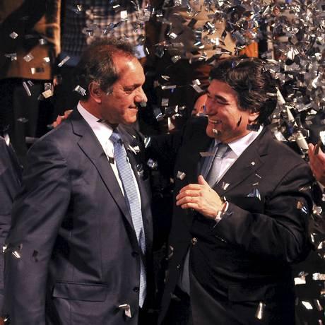 Daniel Scioli (esquerda) e Carlos Zannini em comício na semana passada: dupla conquista apoio peronista para eleições presidenciais Foto: Buenos Aires Governor's office / REUTERS