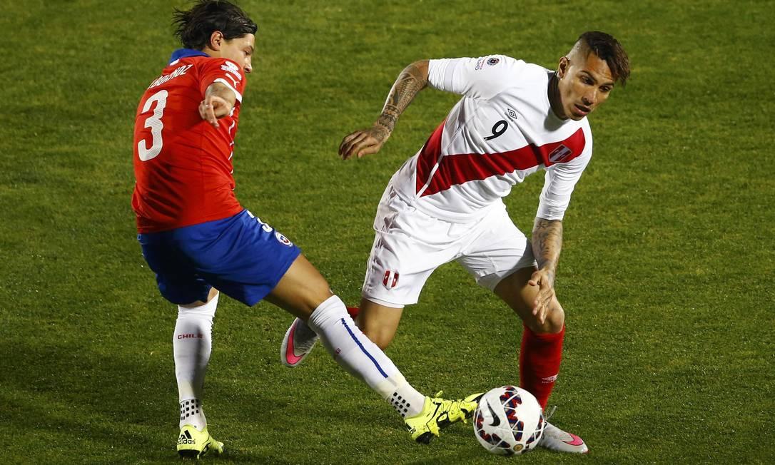 O peruano Guerrero tenta driblar o chileno Albornoz RICARDO MORAES / REUTERS