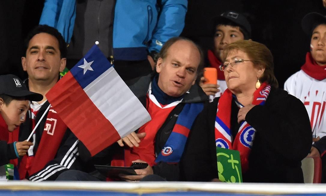A presidente do Chile, Michelle Bachelet, assiste ao jogo em Santiago RODRIGO ARANGUA / AFP