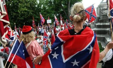 Manifestantes pró e contra a bandeira confederada têm protestado na sede do Legislativo da Carolina do Sul Foto: Ron Harris / AP