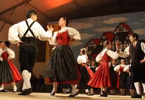 Casais dançam na Bauernfest, tradicional festa do colono alemão em Petrópolis: mesmo sem leis de segregação, como existiram nos EUA e na África do Sul, população brasileira apresentou forte tendência histórica de casamentos entre mesmos grupos étnicos e Foto: Divulgação/Prefeitura de Petrópolis
