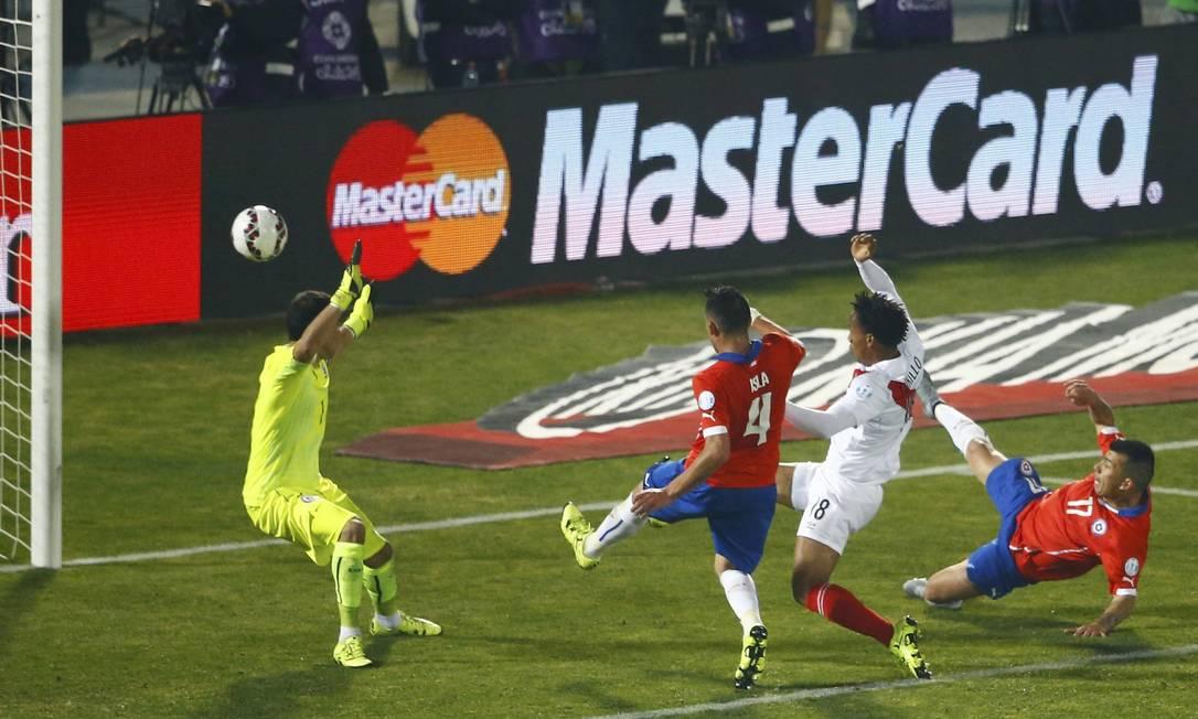 Medel, à direita, contra, empatou o jogo para o Peru RICARDO MORAES / REUTERS