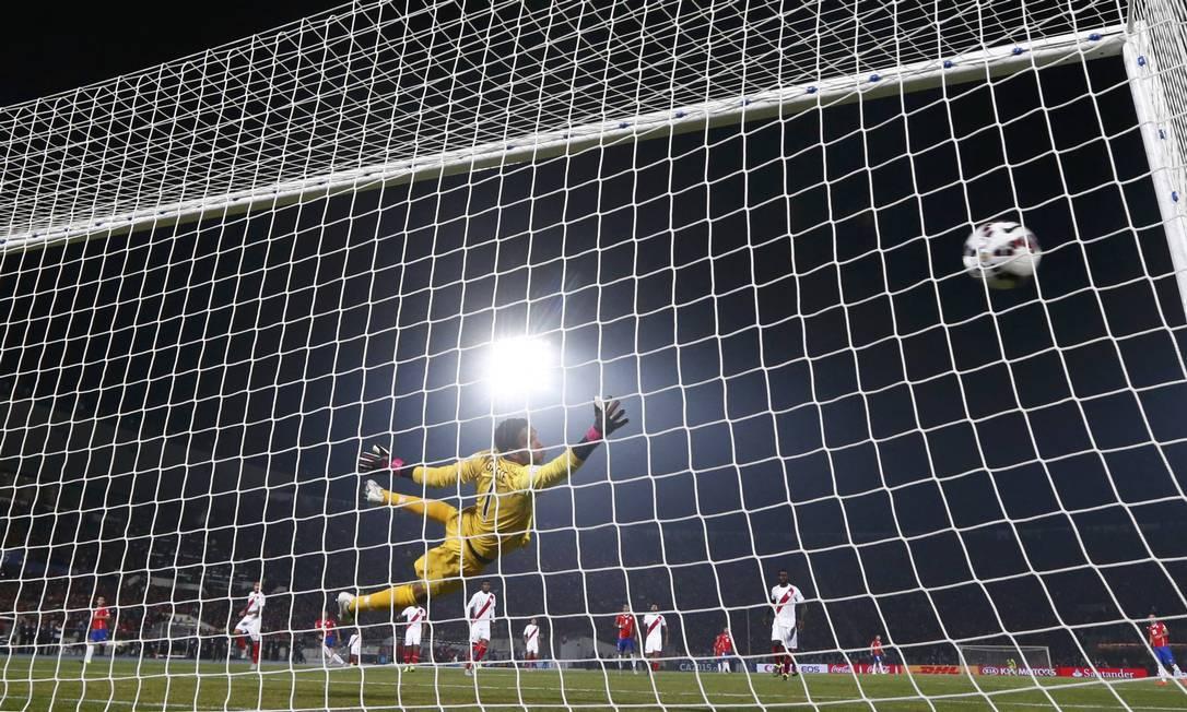 Mal colocado, Gallese não pôde evitar o segundo gol de Vargas MARCOS BRINDICCI / REUTERS