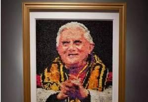 Quadro do papa Bento XV feito apenas de camisinhas coloridas foi adquirido pelo Museu de Arte de Milwaukee e está gerando confusão Foto: Reprodução