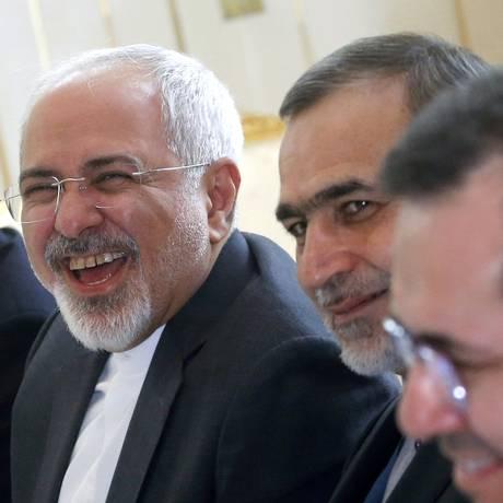 Chanceler iraniano, Mohammad Javad Zarif, é fotografado sorrindo no início de uma reunião com representantes das potências mundiais em um hotel em Viena Foto: CARLOS BARRIA / AFP