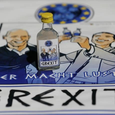 "Vodka ""Grexit"": caricaturas do ministro das Finanças, Yannis Varoufakis, e do premier, Alexis Tsipras Foto: WOLFGANG RATTAY / REUTERS"