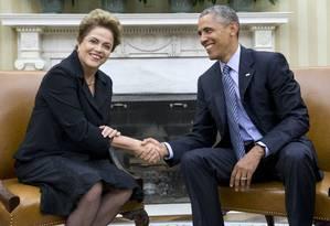 O presidente Barack Obama cumprimenta a presidente Dilma Rousseff durante encontro no Salão Oval da Casa Branca Foto: Carolyn Kaster / AP