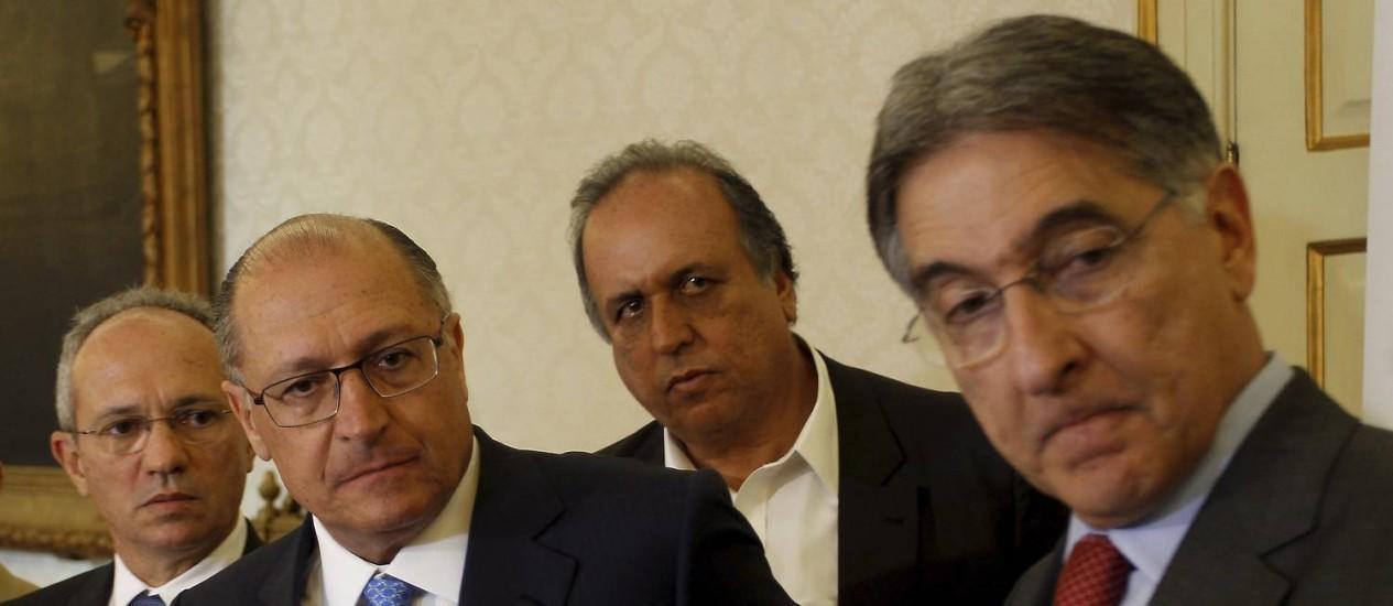 O governador do Rio, Luiz Fernando Pezão, recebeu nesta terça-feira no Palácio Guanabara os governadores Geraldo Alckmin (SP), Fernando Pimentel (MG) e Paulo Hartung (ES) Foto: Gabriel de Paiva / O Globo