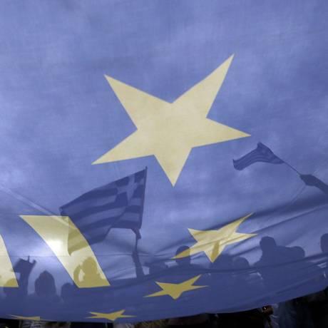 Bandeiras gregas e da União Europeia em manifestação pró-euro em Atenas Foto: YANNIS BEHRAKIS / REUTERS