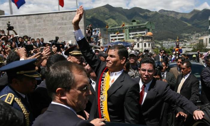 Rafael Correa, após cerimônia de posse em 2007, cerca de um ano antes de dar o calote Foto: Jorge Vinueza G / BLOOMBERG NEWS