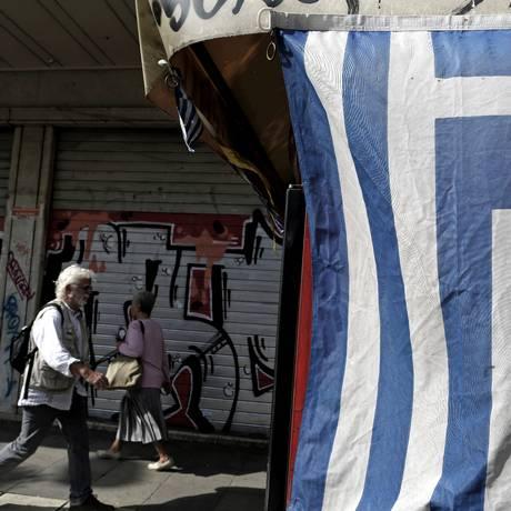 Pedestres na cidade de Tessalônica Foto: Konstantinos Tsakalidis / Bloomberg