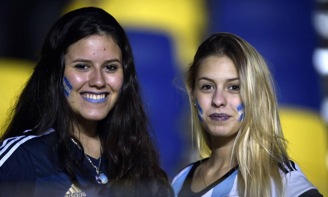 Torcedores argentinas antes do jogo contra o Paraguai JUAN MABROMATA / AFP