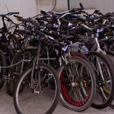 Atualmente, existem 75 bicicletas no pátio da delegacia Foto: Agência O Globo / Bia Guedes