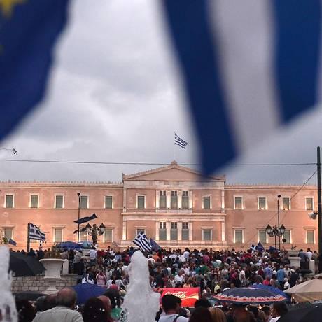Manifestantes em frente ao parlamento em Atenas Foto: LOUISA GOULIAMAKI / AFP