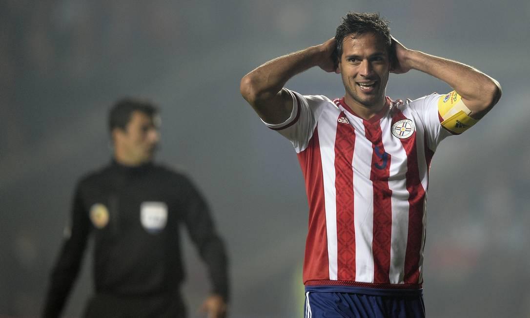 O paraguaio Roque Santa Cruz lamenta chance perdida no início do jogo JUAN MABROMATA / AFP