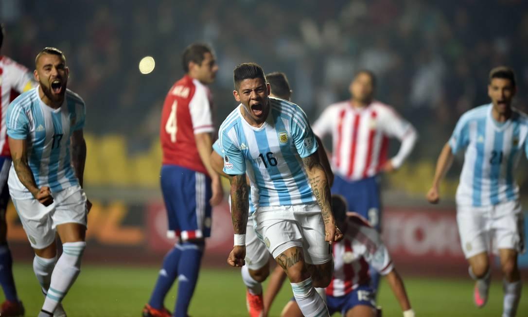 Rojo comemora o gol que abriu o placar para a Argentina contra o Paraguai YURI CORTEZ / AFP