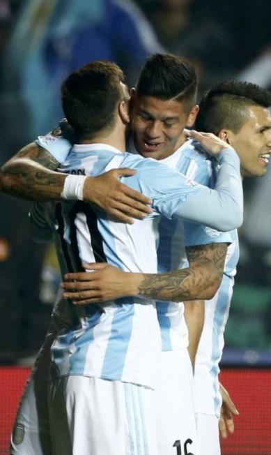 Messi é abraçdo por Rojo após o primeiro gol argentino MARIANA BAZO / REUTERS