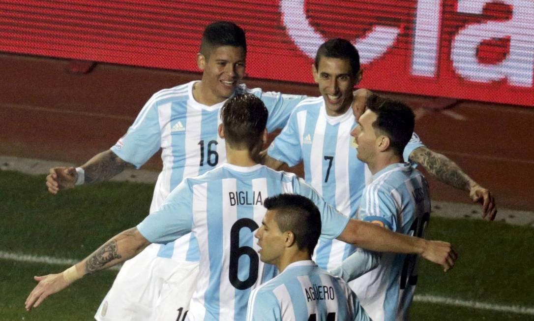 Camisa 7, Di María é abraçado ao fazer o terceiro gol argentino JORGE ADORNO / REUTERS