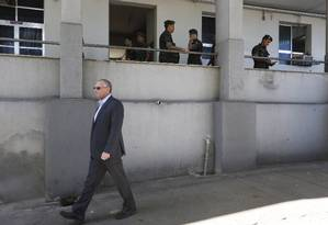 Beltrame deixa o complexo após a saída da Força de Pacificação Foto: Domingos Peixoto / Agência O Globo