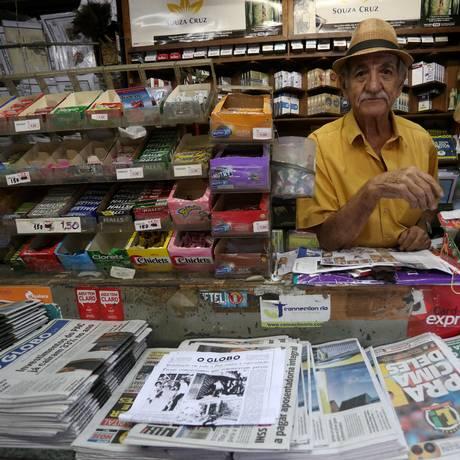 Com banca no Largo da Carioca, o jornaleiro Umberto Faber, de 79 anos, assistiu de perto à depredação do Bob's em 1986 Foto: Custódio Coimbra / Custódio Coimbra