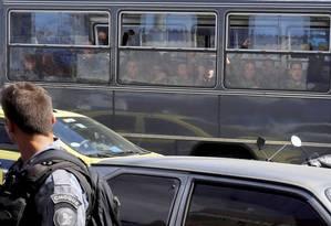 Observados por um PM, soldados vibram com o fim da ocupação do Complexo da Maré pela Força de Pacificação: tropa atuou um ano e três meses no conjunto de favelas, onde enfrentou a resistência de traficantes Foto: Domingos Peixoto / Agência O Globo