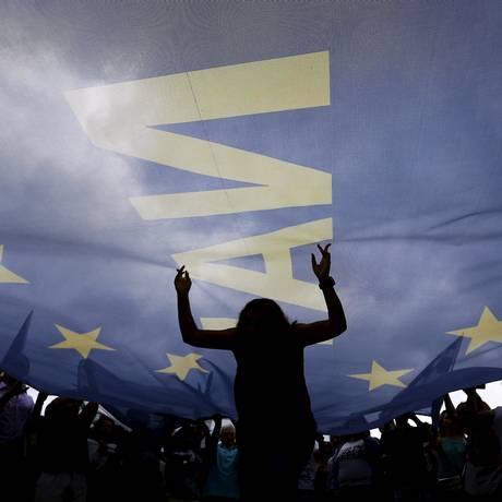 """Pelo """"sim"""". Manifestante em defesa do pacote europeu de ajuda dança sob uma enorme TPX IMAGES OF THE DAY Foto: YANNIS BEHRAKIS / Yannis Behrakis/REUTERS"""