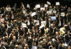 Deputados contrários à redução da maioridade penal comemoram a rejeição do projeto na Câmara Foto: André Coelho / Agência O Globo