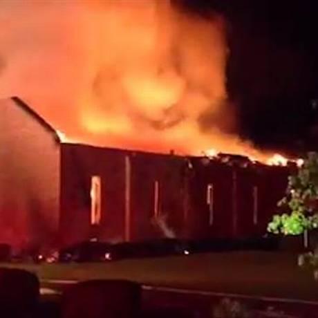 Incêndio destruiu o teto da Igreja metodista episcopal africana Monte Zion, na Carolina do Sul Foto: Reprodução NBC News