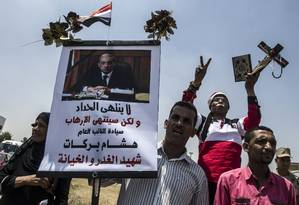 Egípcios participam de funeral do procurador-geral Hisham Barakat, morto em um ataque suicida Foto: KHALED DESOUKI / AFP