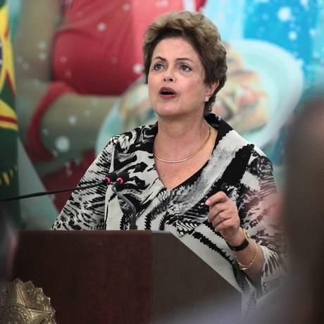 Dilma desce rampa acompanhada do vice-presidente, Michel Temer e ministros. Foto de Jorge William/Agência O Globo Foto: Jorge William / Agência O Globo
