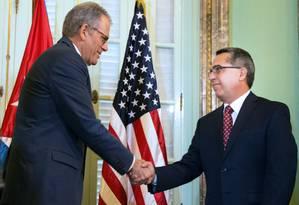 Diplomata-chefe americano, Jeffrey DeLaurentis, aperta mão do vice-ministro das Relações Exteriores cubano, Marcelino Medina Foto: ADALBERTO ROQUE / AFP