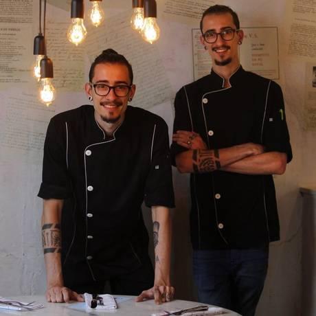 Os irmãos Juliano (à esquerda) e Fernando Basile no 2º andar do Volta Foto: Pedro Teixeira / Agência O Globo