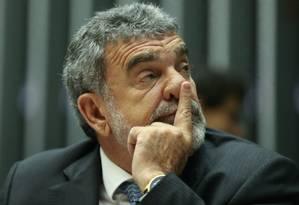 Deputado Laerte Bessa, durante a discussão na sessão da Câmara que rejeitou o projeto Foto: André Coelho / Agência O Globo