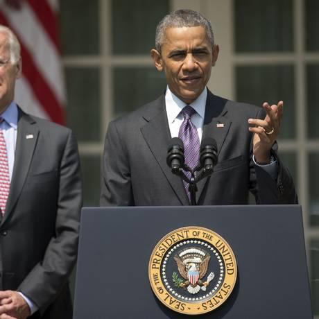 Obama, acompanhado do vice Joe Biden na Casa Branca, anuncia a retomada de relações diplimáticas com Cuba Foto: Pablo Martinez Monsivais / AP