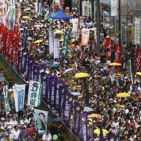 Manifestantes pró-democracia marcham durante protesto em Hong Kong Foto: Kin Cheung 01/07/2015 / AP