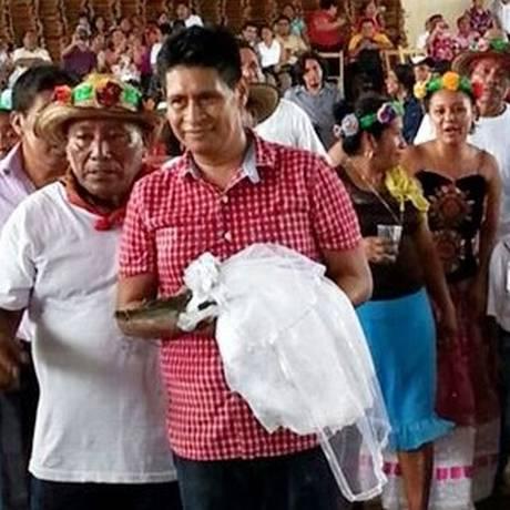 O prefeito da cidade de Huamelula casa-se com a noiva-crocodilo, em cerimônia tradicional indígena Foto: El Universal / Quadratín
