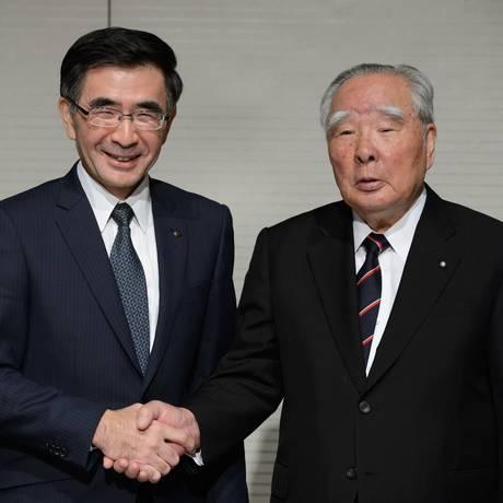 Toshihiro, novo presidente da Suzuki ao lado de Osamu Foto: Akio Kon / Bloomberg