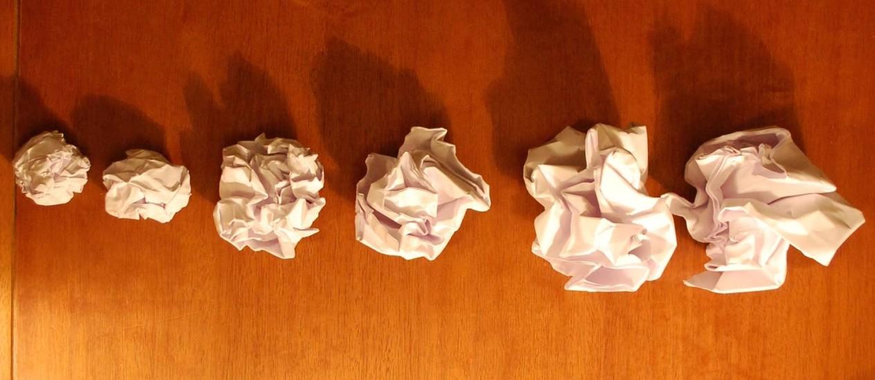 Série de bolas de papel amassadas feitas com pilhas de uma, duas, três, quatro, seis e oito folhas ilustra como a espessura de uma superfície submetida a pressões resulta em estruturas progressivamente menos enrrugadas, como acontece com o córtex cerebral com uma área de superfície constante e crescente espessura Foto: Divulgação/Science/Suzana Herculano-Houzel