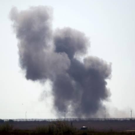 Fumaça sobe do Norte do Sinai em dia de confrontos Foto: AMIR COHEN / REUTERS