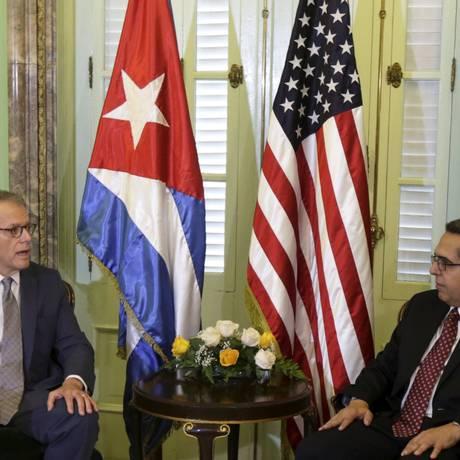 Chefe da missão americana em Havana, Jeffrey DeLaurentis (esquerda) conversa com o Ministro das Relações Exteriores de Cuba, Marcelino Medina, em Havana, Foto: ENRIQUE DE LA OSA / REUTERS