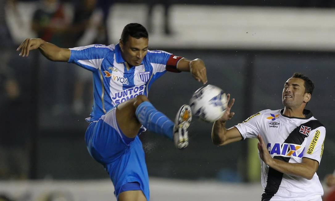 Gilberto, do Vasco, disputa a bola com jogador do Avaí Alexandre Cassiano / Agência O Globo