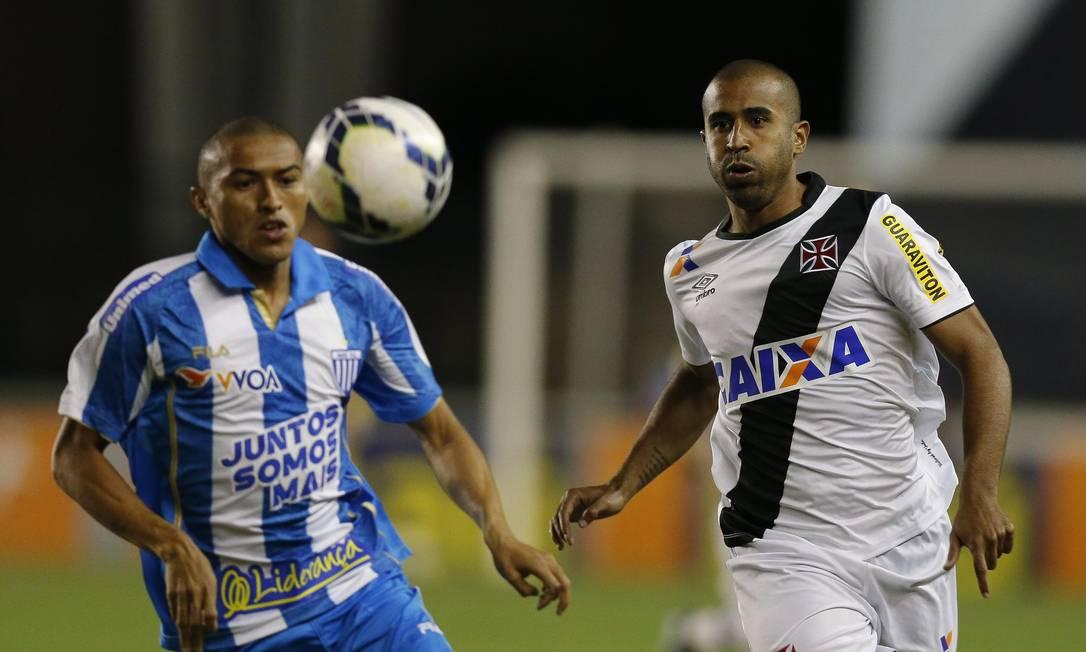 Júlio César, do Vasco, disputa a bola com um jogador do Avaí Alexandre Cassiano / Agência O Globo